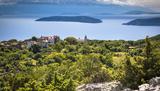 Türkisblaues Meer, naturbelassene Strände und Stellplätze in unmittelbarer Nähe zum Wasser – allein dafür würde sich eine Reise zu den kroatischen Inseln Cres und Lošinj schon lohnen. Doch die Perlen an der Adriaküste haben noch viel mehr zu bieten, von Kultur bis Kulinarik.